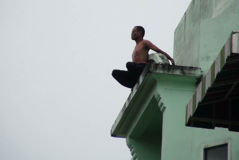 Спасатели отговорили бывшего монаха от прыжка с крыши