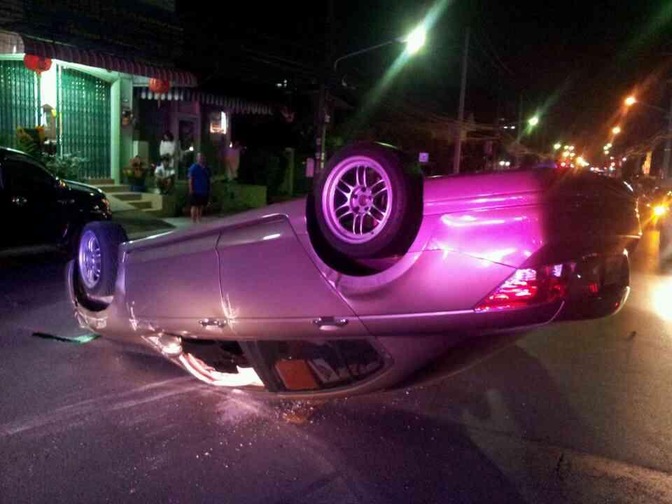 На Пхукете перевернулись две машины