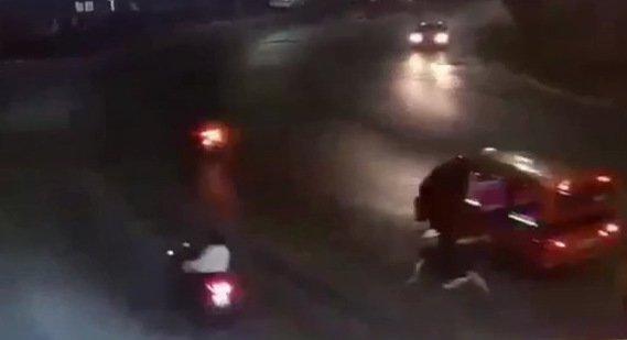 Турист на ходу выпал из тук-тука в Кату. Фото: CCTV