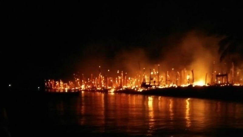 Пожар в деревне морских цыган. Фото: DNP