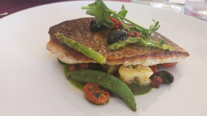 Бранч в Cosmo – это суши, мясные нарезки, сыры, горячие блюда и роскошные виды
