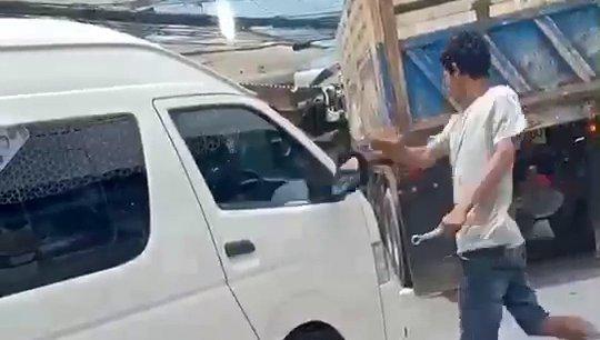 Конфликт между двумя водителями произошел на трассе Чалонг-Ката в понедельник, 26 августа.