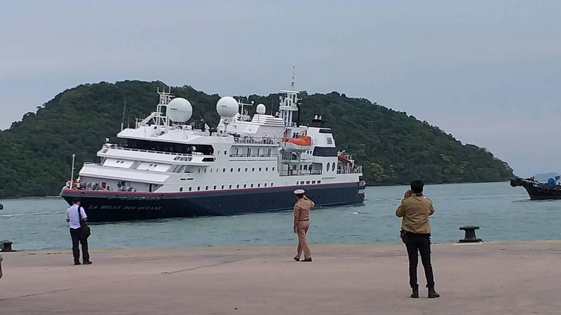 Получившее пробоину круизное судно отбуксировали на Пхукете. Фото: Иккапоп Тхонгтуб