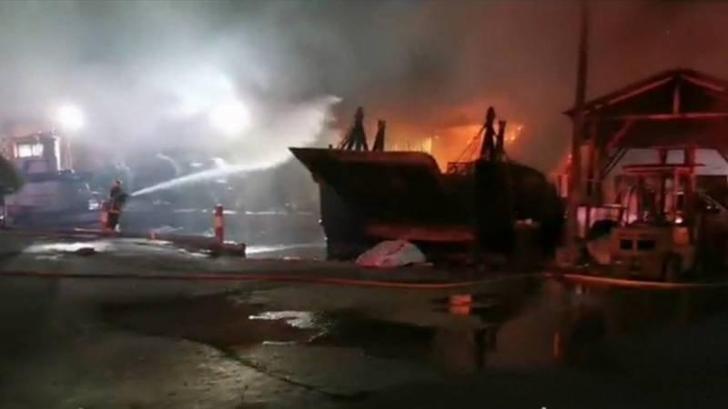 Загоревшаяся баржа использовалась для доставки стройматериалов на Пхи-Пхи. Фото: Иккапоп Тхонгтуб