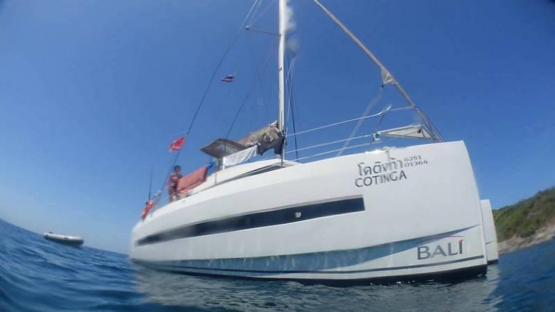 Катамаран под управлением гражданина Франции сбросил якорь на кораллы 6 марта. Капитану грозит суровое наказание. Фото: DMCR
