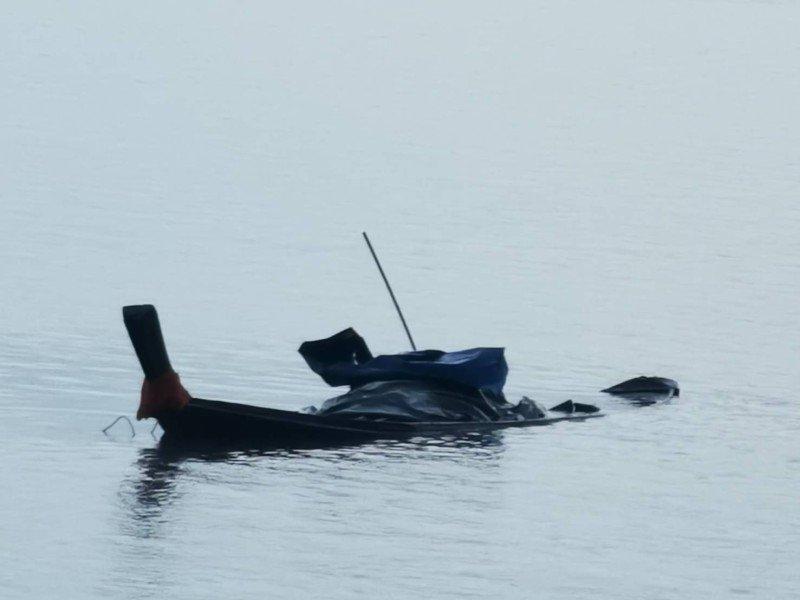 Рыбаки на лонгтейле попали в шторм у побережья Пхукета. Фото: Иккапоп Тхонгтуб